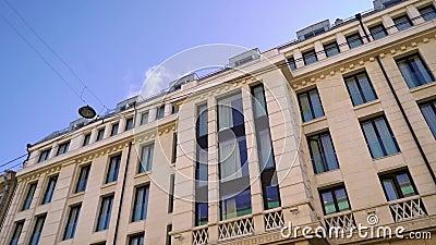 Исторический строительный фасад в городе Внешняя часть отеля, квартиры или бизнес-центра видеоматериал