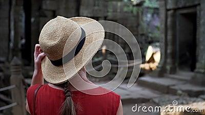 Кавказская женщина в соломенной шляпе идет среди руин животиков Prohm сток-видео