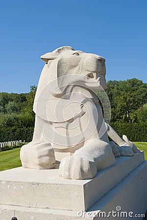 Каменная статуя льва