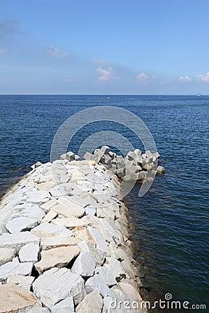 Каменный волнорез