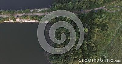 Камера летает над рекой на каменном мосте Вы можете увидеть улицы, автомобили, деревья, и пляж реки Верхние части  сток-видео
