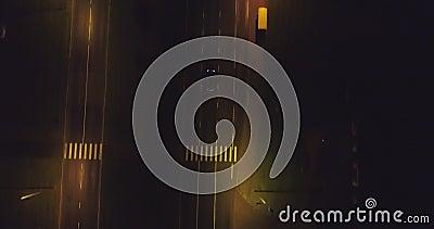 Камера следовать автомобилями, на дороге на ноче Воздушный отснятый видеоматериал видеоматериал