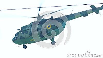 Камуфляж: военный вертолет летел в небе акции видеоматериалы