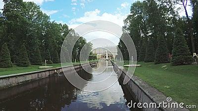 Канал с фонтаном в Peterhof видеоматериал
