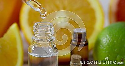 Капание эфирного масла цитруса от пипетки на предпосылке свежих фруктов сток-видео