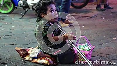 Карлик женщины на идя улице в Паттайя, Таиланде видеоматериал