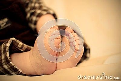 касатьться пальцев ноги