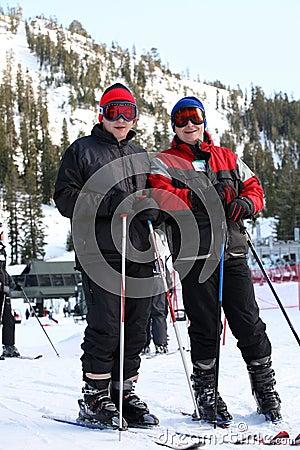 катание на лыжах семьи