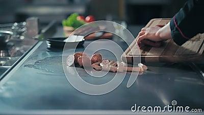 Кашевар кладет дальше сосиски плиты акции видеоматериалы