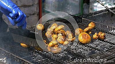 Кашевар подготавливает грибы на гриле Партия барбекю сток-видео