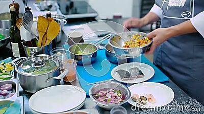 Кашевар положил салат в лоток сток-видео