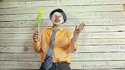Клоун с цветками в руке видеоматериал