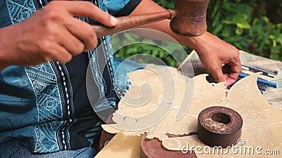 Кожаный создатель марионетки в Jogjakarta, Индонезии видеоматериал