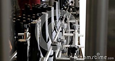 Конвейер с бутылками конвейер перевод на англ