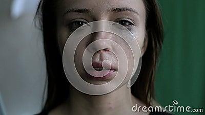 Конец вверх вспугнутой и заплаканной женщины с смазанный составляет