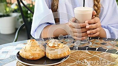 Конец-вверх женского ребенк вручает держать горячий шоколад Очень вкусное homebaked печенье на таблице lifestyle принципиальная с акции видеоматериалы