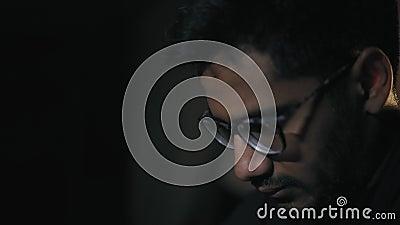 Конец-вверх, индийский человек в стеклах задумчиво смотрит шахматную доску, тогда делает его движение видеоматериал