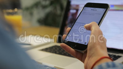 Конец-вверх снял молодой женщины используя smartphone, смотрящ фото на мобильном телефоне, удар вверх видеоматериал