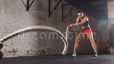 Концепция: сила, прочность, здоровый образ жизни, спорт Тренер мощного привлекательного мышечного креста женщины подходящий сража видеоматериал