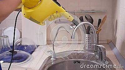 Концепция уборки домов Мужская уборочная кухня с паромным очистителем сток-видео