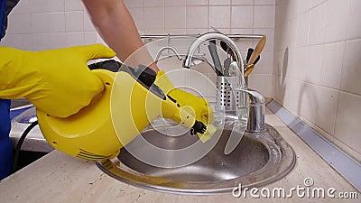 Концепция уборки домов Мужская уборочная кухня с паромным очистителем видеоматериал