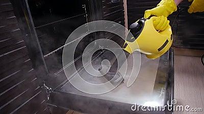 Концепция уборки домов Мужская уборочная кухня с паромным очистителем акции видеоматериалы