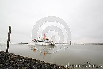 Корабль в проходе Редакционное Стоковое Фото