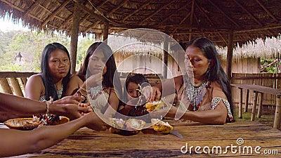 Коренные семьи делят семена фруктов какао на десерт акции видеоматериалы