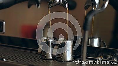 Кофе-машина Близкое расположение - вливание кофе в железные чашки в кафе видеоматериал