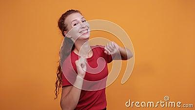 Красавица в красной рубашке, держащаяся рука об руку, молящаяся, счастливо выглядящая акции видеоматериалы