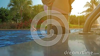 Красивая девушка входит в бассейн Лето Солнце видеоматериал