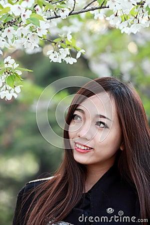 Красивая девушка весной