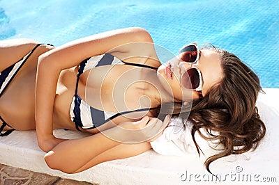 Красивая девушка в бассейне