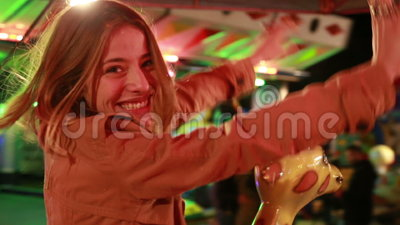 Красивая женщина имея carousel катания потехи в парке атракционов акции видеоматериалы