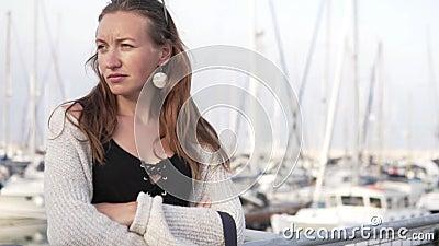 Красивая женщина стоит внутри на пристани на стоянке яхты сток-видео