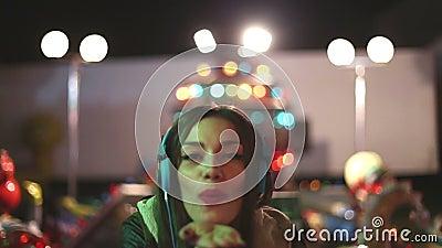 Красивая женщина танцуя к ритму музыки с наушниками видеоматериал