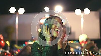 Красивая женщина танцуя к ритму музыки с наушниками сток-видео