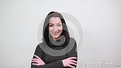 Красивая кавказская женщина, откидывающаяся в сторону, держащаяся за руку на животе, счастливо смотрящая акции видеоматериалы