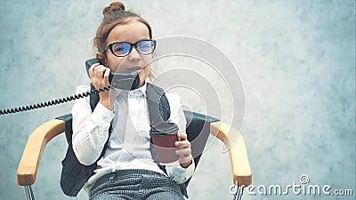 Красивая красотка-хозяйка держит телефон, разговаривая Счастливое выражение лица Медленные движения Закрыть В акции видеоматериалы