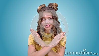 Красивая маленькая девочка в хорошем настроении показывает жест запрета и усмехаться пока смотрящ камеру видеоматериал