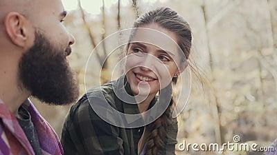 Красивая маленькая девочка смеясь над счастливо, к красивому парню нося бороду Молодость осени идя сток-видео