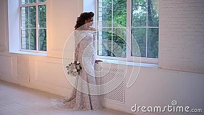 Красивая молодая невеста представляя замедленное движение тележки акции видеоматериалы