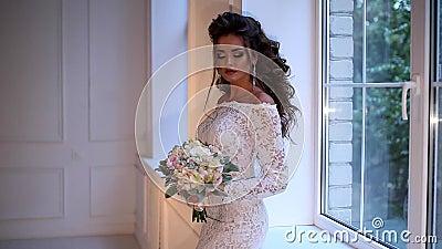 Красивая молодая невеста представляя замедленное движение тележки видеоматериал