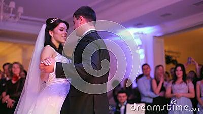 Красивая невеста и красивый groom танцуя сперва танец на свадебном банкете видеоматериал