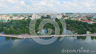красивейший городской пейзаж взгляд s-глаза ` птицы Вид с воздуха города, голубого озера в центре города и парка акции видеоматериалы