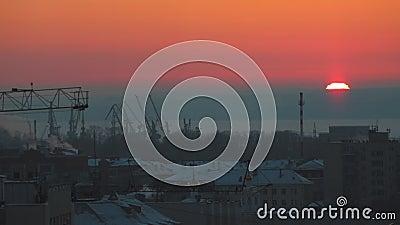 Красивейший заход солнца промышленно Большое красное солнце на горизонте видеоматериал