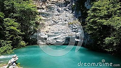 Красивое голубое озеро в абхазии Ориентир сток-видео