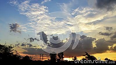 Красивое небо на заходе солнца, яркой темноте голубого неба поворачивая Последний свет дня в cloudscape горизонта сток-видео