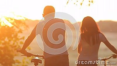 Красивые пары с велосипедами акции видеоматериалы