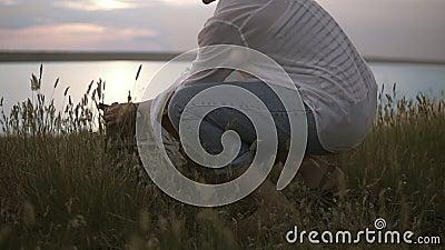 Красивый женский художник искусства подготавливая ее sketchbooks и мольберт к работе Небо озера и ясности голубое в сумраке вечер сток-видео